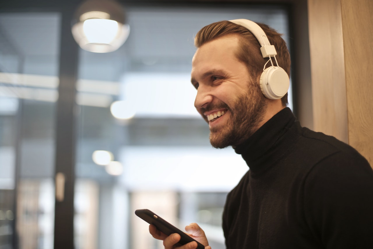 5a37cc5d111d Top 8 Best Headphones for Glasses Wearers in 2019 – Reviews and Comparison